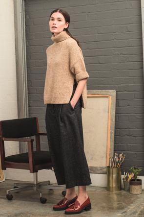 weite hosen wie culotte gepaart mit weiten oberteilen und klassischen slipper mit glatter. Black Bedroom Furniture Sets. Home Design Ideas